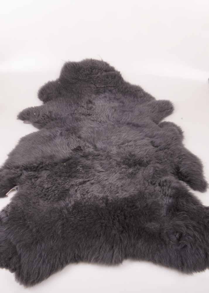 Dikke, grote lamsvachten in zwart en grijs